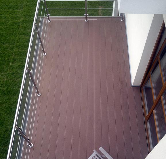 Deska kompozytowa Klassik, kolor Bangkirai. Balkon prywatny - Wilanów.
