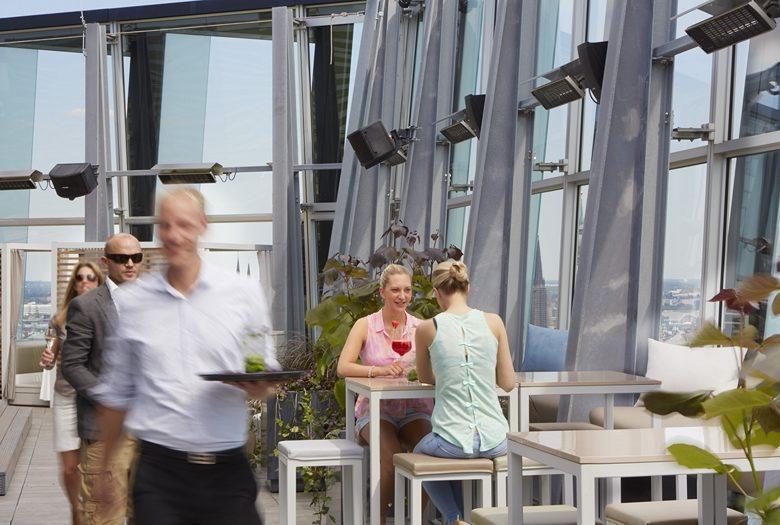 Taras na dachu w restauracji Clouds & Heaven's Nest. Realizacja w Hamburgu/Niemcy.