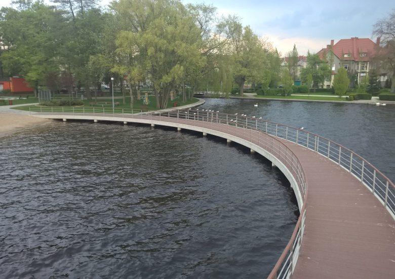Deska kompozytowa, kolor Orzech. Pomost w Szczecinku.